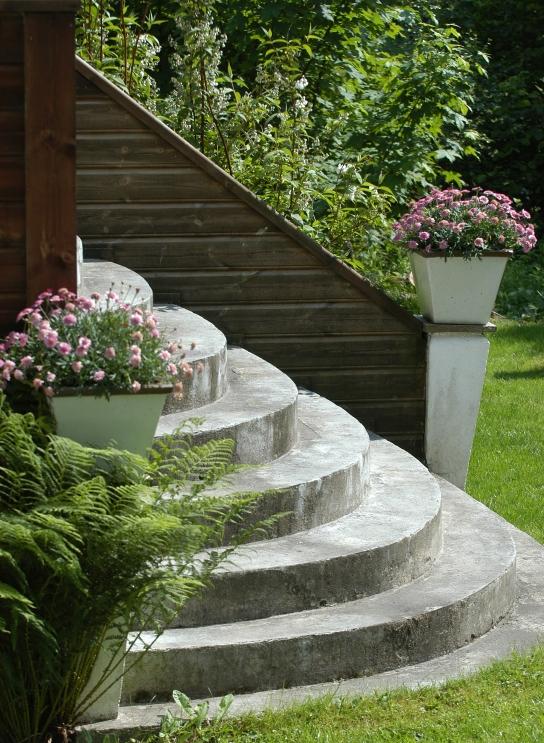 Trappen opp til terrassen. Bildet er fra det ene året da jeg hadde plantet margeritter i krukkene. Dessverre finner jeg ikke akkurat nå oversiktsbilde med hortensia.