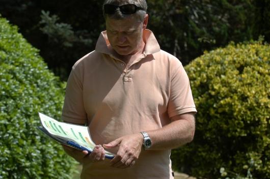 I en del av hagen fikk vi en oversikt over plantene. Her blir informasjonen nøye studert.